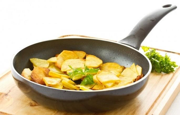 Жареная картошка на сковороде с